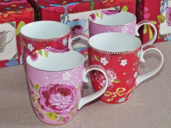 Coffret de 4 mugs assortis rouge/rose (45,50 euros)