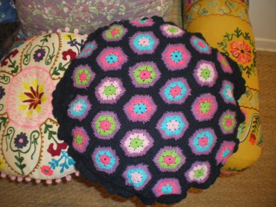 Coussin Rice coton crocheté main, intérieur plume (dia. 45 cm, 45 euros)