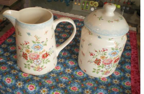 Pichet 1 litre (32 euros) et grand pot en porcelaine Wendy (32 euros) Greengate