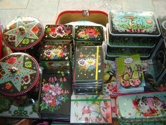 Tadaaaam :-) ! Des carnets (de 3 à 15 euros), des trousses (10 euros seulement !!!) et des boîtes juste SUBLIMES !!!