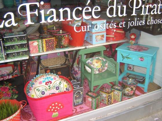Fauteuil vintage (20 euros), panier raphia rose (27,50 euros), boîtes métal fond noir La Marelle (de 10 à 19,90 euros)