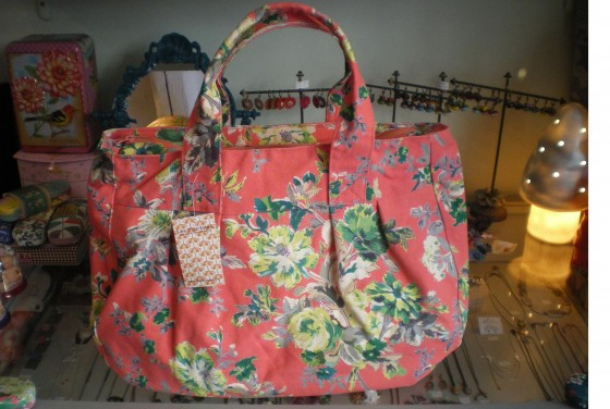 Très grand sac en serge de coton, doublé, zippé, poches intérieures (65 euros)