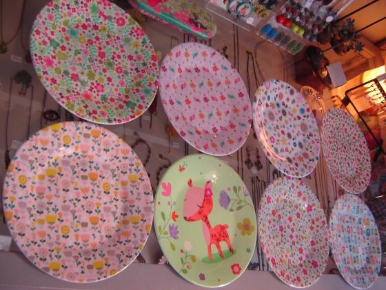Chez Atomic Soda, une foule de motifs créés par Mini Labo (6,80 euros l'assiette à dessert)