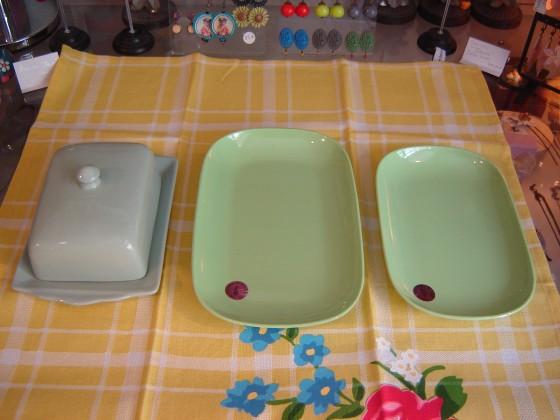En vert ... Beurrier en céramique Rex (17,50 euros), plats en mélamine Rice (4,50 et 5,50 euros)