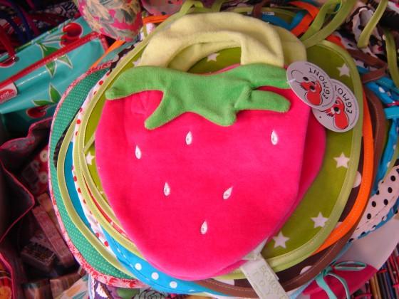 Bavoir fraise Egmont en coton, fermé par scratch, lavable machine (10 euros)