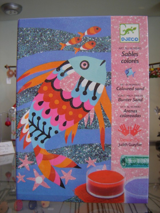 """Sables colorés et pailletés """"Arc-en-ciel de poissons"""" (16,50 euros)"""