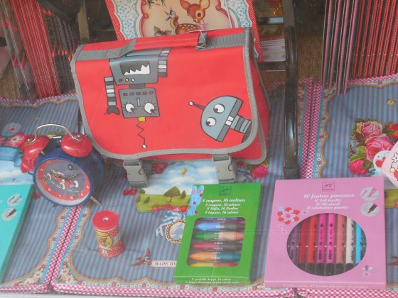 Cartable maternelle Egmont (23 euros), taille-crayon Wu&Wu (3 euros), réveil voitures Egmont (19,90 euros), crayons à la cire Djeco (4,90 euros), feutres-pinceaux Djeco (10,80 euros)