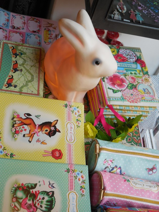 Lampe lapin Egmont (55 euros), cahiers A5 Cotton Candy (2,90 euros), trousses Pip studio et Cotton Candy (18,90 euros)