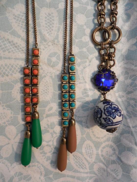 Longs sautoirs Chenille (Laiton, résine, pâte de verre, 57,50 euros) et collier Joyaux (perle de porcelaine, pâte de verre, laiton, 70 euros)
