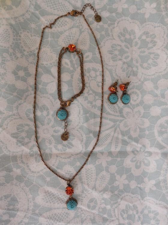 Parure Mignonne (laiton, résine, pâte de verre) : bracelet ou collier réglables 35 euros, boucles 37,50 euros