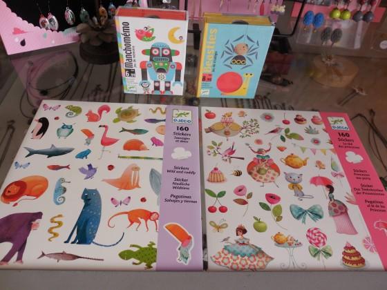 Manchomémo ou Beasties (jeux de cartes, 8,80 euros), pochettes de 4 planches de stickers (thèmes et illustrateurs variés, 2,90 euros la pochette)