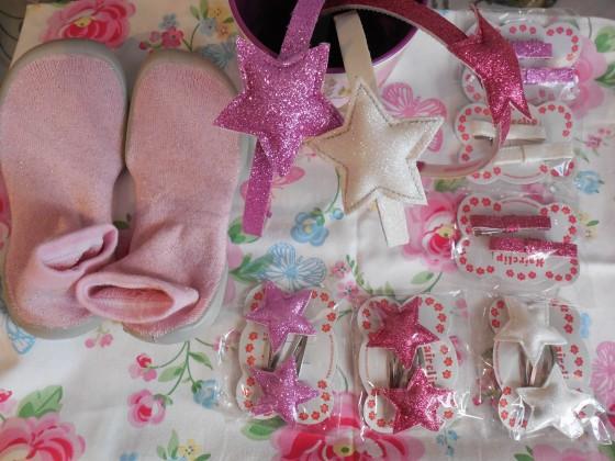 LES accessoires indispensables à assortir à ses beaux chaussons pailletés Collégien (serre-tête 7,80 euros, barrettes 3,90 euros la paire)