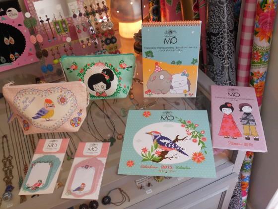 Trousses (coton bio, 18,50 euros), étiquettes (5,90 euros les 5), calendrier 2015 (15 euros), calendrier perpétuel des anniversaires (17 euros), coloriage frise kimonos (12,50 euros)