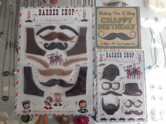 Set moustaches/rouflaquettes adhésives (5,90 euros), set de magnets pour customiser les photos sur le frigo (4,90 euros), carte d'anniversaire (1,80 euros)