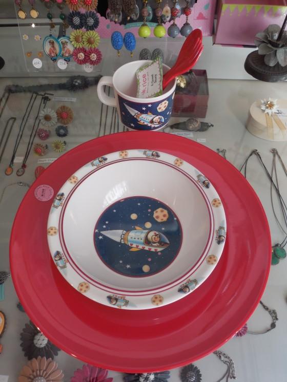Vaisselle en mélamine : bol Rex (4,50 euros), tasse assortie (4 euros), grande assiette Rice (7,80 euros) et couverts enfant assortis (3,90 euros)