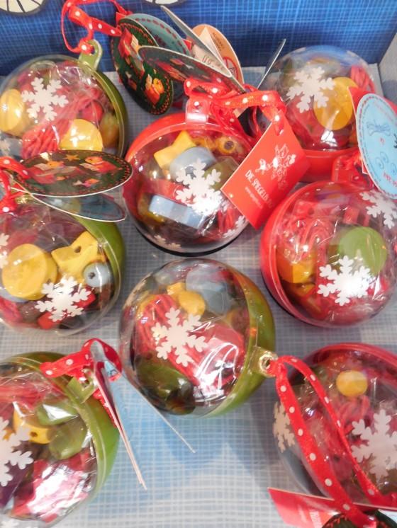 Boules remplies de perles de bois (5,80 euros) à suspendre au sapin ... ou pas :-) !