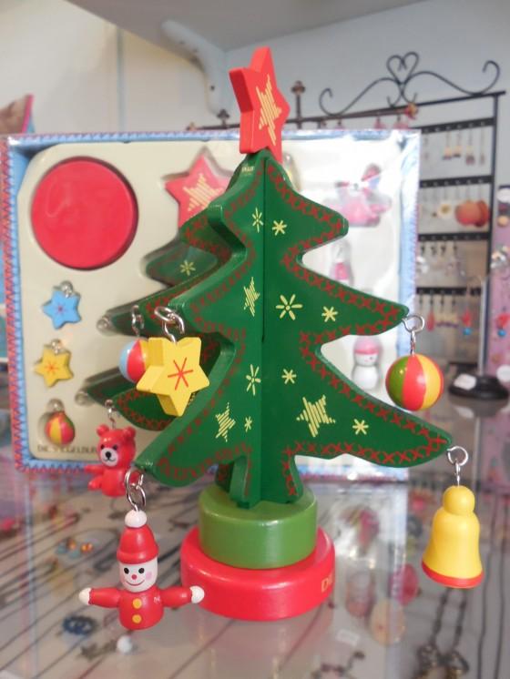 LE super mimi petit sapin de Noël en bois et ses décos craquantes à poser sur la table ou dans la chambre de Pépette (12 euros, une MERVEILLE !!!)