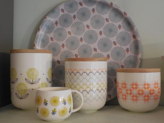 Nouveaux pots en porcelaine, couvercle bois, joint silicone  (17,50, 23 et 29 euros), plateau bois sérigraphié (30 euros), mug (13,50 euros), le tout Mr&Mrs Clynk