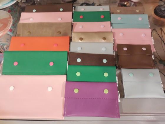 Pochettes cuir ou peau de qualité supérieure (25, 17,50 et 14 euros selon la taille)