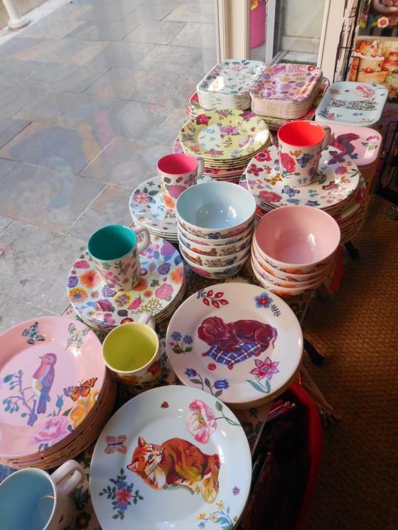 Assiettes à dessert PM et GM (7,50 et 8,50 euros), mugs (7,50 euros), bols (10,80 euros), mini plateaux (6,50 euros)