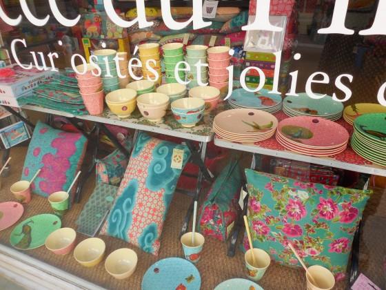 Coussins bifaces déhoussables (26 et 28 euros), timbales (5,50 euros), assiettes à dessert (10,50 euros), petits bols (7,50 euros)