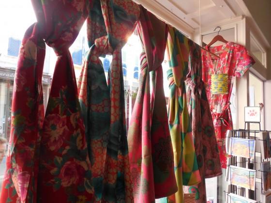 Etoles/paréos (110x180 cm, 26 euros), robe manches courtes en voile de coton (45 euros)