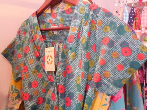 Robe ceinturée, 2 poches, toute boutonnée (2 tailles, 2 coloris, 45 euros)
