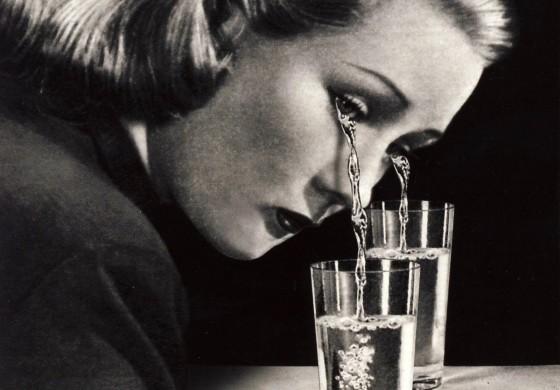 femme larmes verre