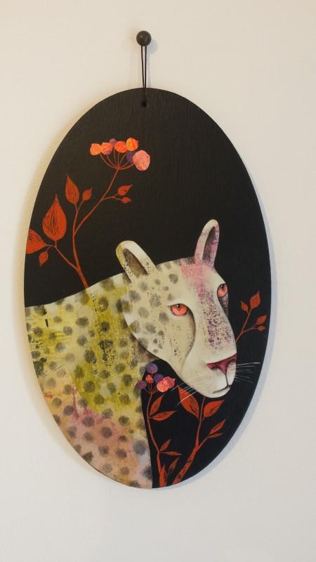 VH3 - Panthère et baies roses (acrylique, crayon et collage sur bois (vernis mat) - format 13x21 cm, 190 euros)